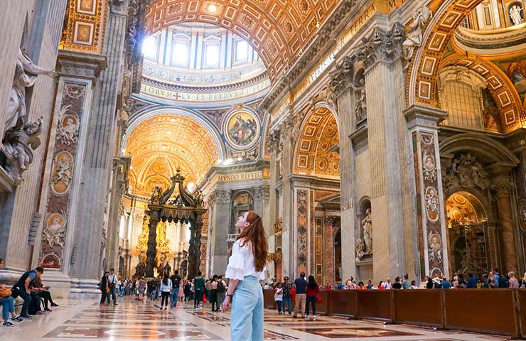 バチカン市国で観光をしている旅行者