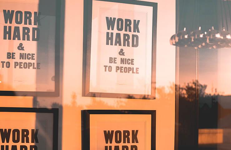 「work hard」と書かれた文字